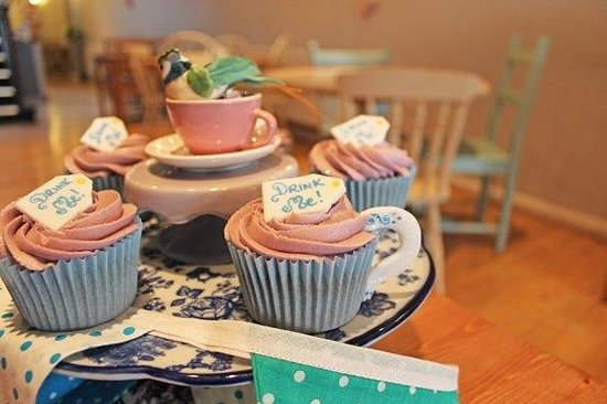 Mad Hatters Tearoom & Bakery: 'Eat Me!'
