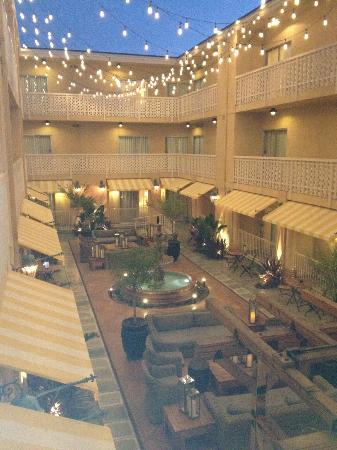 Hollywood Hotel: Inner courtyard view from corner room