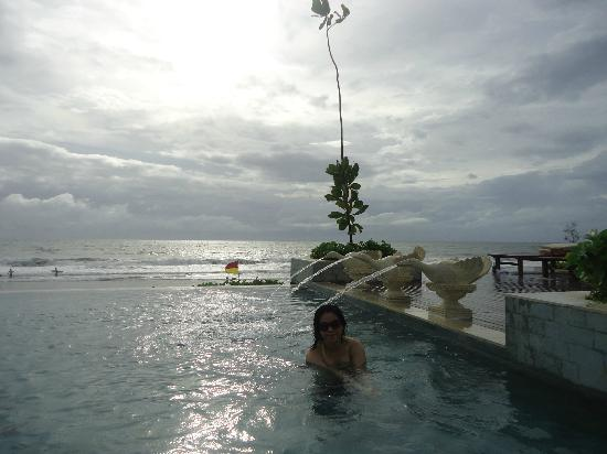 The Seminyak Beach Resort & Spa : The Large pool, infinity pool