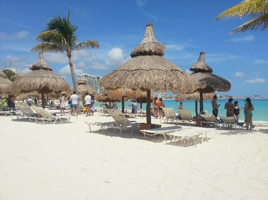 Club Med Cancun Yucatan: Beach palapas