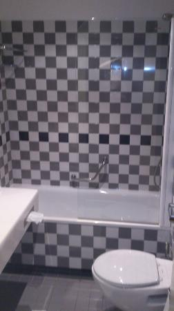 Daugirdas Hotel: Bathroom in single room.