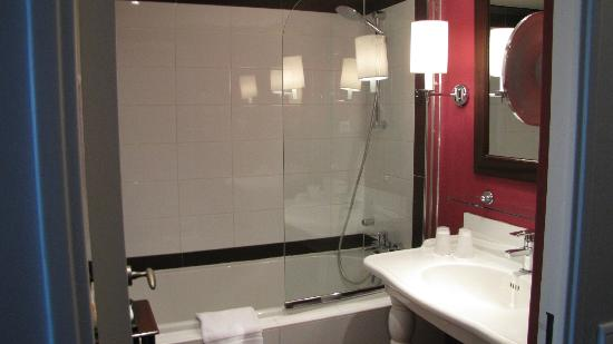 Pullman Montpellier Centre: Our bathroom, with cozy lamps