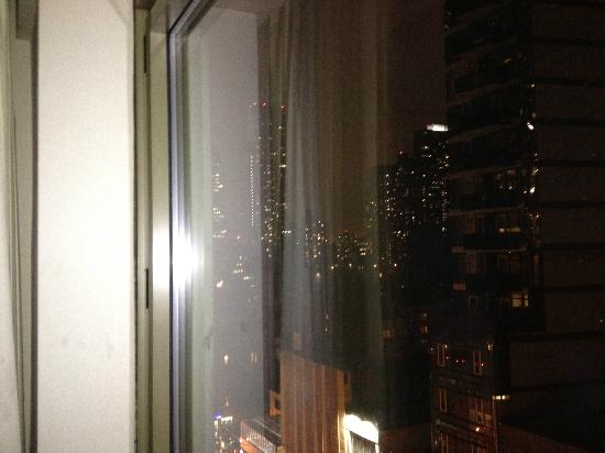 Hilton Garden Inn Times Square: Nice large windows that open slightly