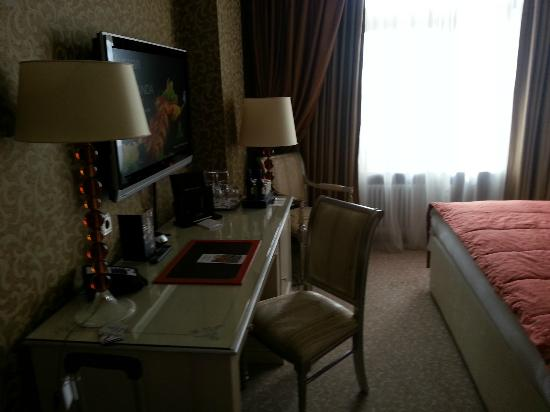 Radisson Royal Hotel Moscow: Superior Room - Desk
