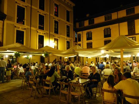 Plaza del Fontan : Vista nocturna de la Plaza Fontán