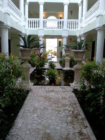 Grand Palladium Jamaica Resort & Spa: courtyard outside of room
