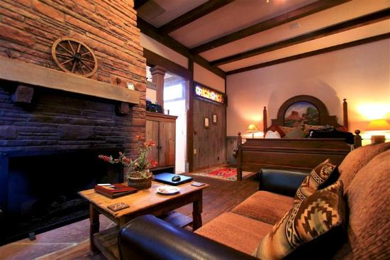 Adobe Village Inn: Lonesome Dove Bed and Living Area