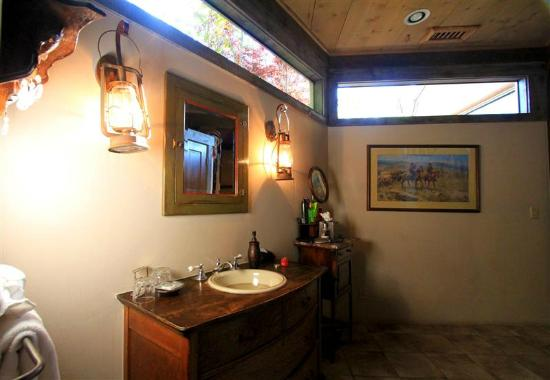 Adobe Village Inn : Lonesome Dove Bathroom