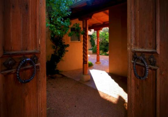 Adobe Village Inn: Entrance to Villas - Lonesome Dove