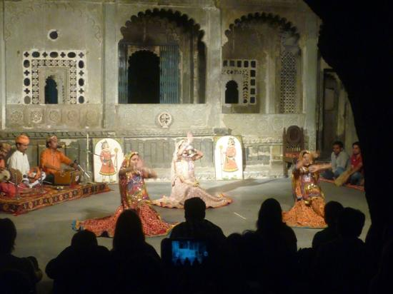 Bagore Ki Haveli: group dance