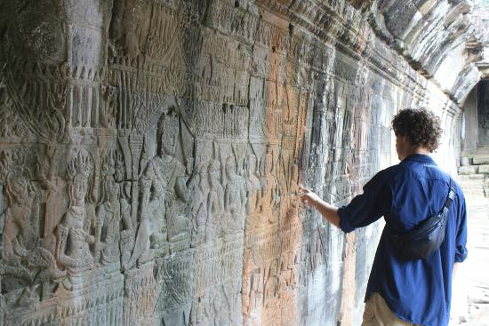 Nicky Angkor Day Tours : Stone mural