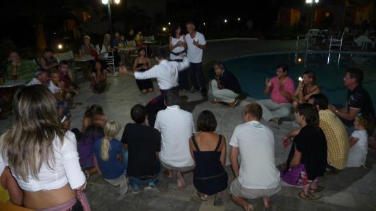 Hotel Delfina Beach: Initiation au sirtaki, il faut avoir des genoux solides