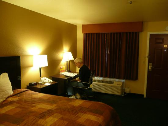 Super 8 Fortuna: Nice, large desk and comfy chair