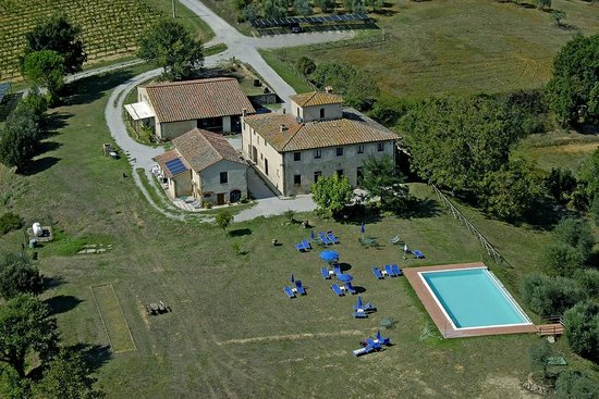 Agriturismo Poggiacolle: Panoramic view of the farmhouse with pool - Veduta aerea agriturismo con la piscina