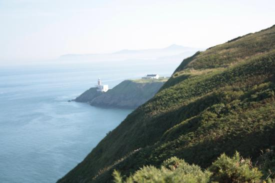 Howth, Irlanda: vista del faro dal sentiero