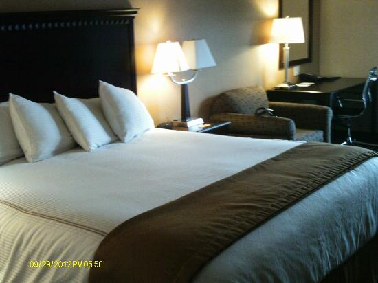 Howard's Lakeshore Inn: Clean comfortable bed