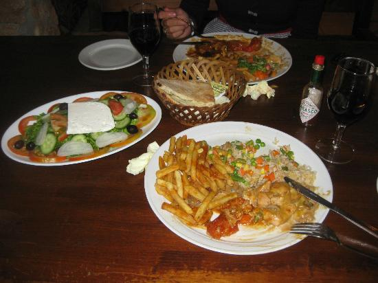 The Elysian Inn : Piatti a base di pollo e insalata greca