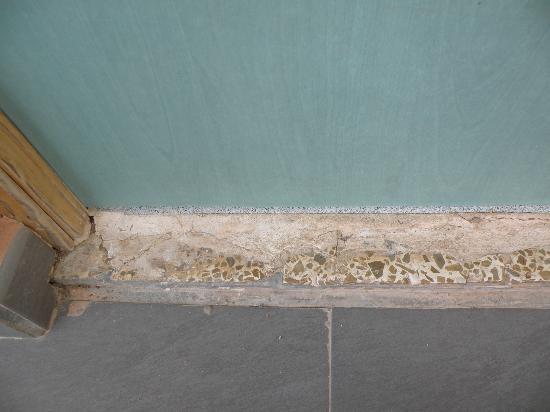 HYB Eurocalas : vétuste au sol de l'entrée des chambres