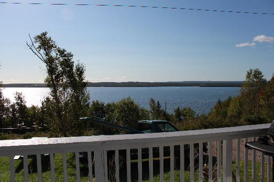 Bear on the Lake Guesthouse : The few from the deck - grab a cup of coffee and enjoy the morning sun!