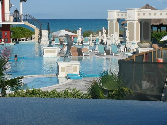 Sandals Emerald Bay Golf, Tennis and Spa Resort : Main pool 2