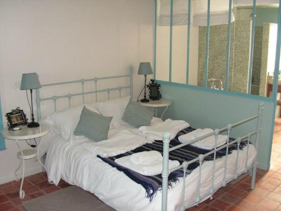 La Cense Lignère : Le lit de la chambre d'hôtes La Verrière