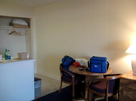 Carousel Resort Hotel & Condominiums : Table in room