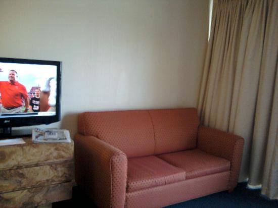 Carousel Resort Hotel & Condominiums: Sofa in room