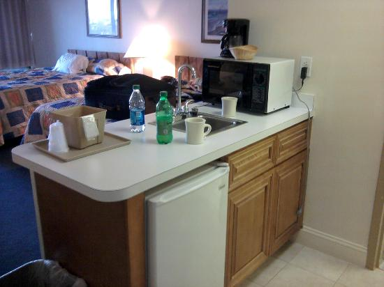 Carousel Resort Hotel & Condominiums: Sink & Fridge area in room