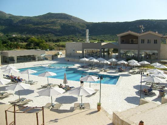 The Magnolia Resort: Pool area, reception and restaurant in the main building. Pool bar on the left