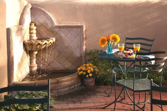 El Farolito B&B Inn : Common patio adjacent to dining room