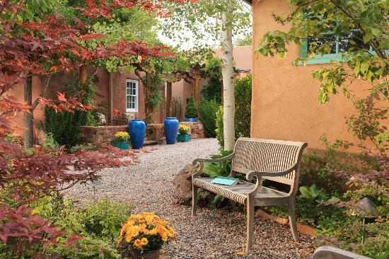 El Farolito B&B Inn : Patio areas and gardens