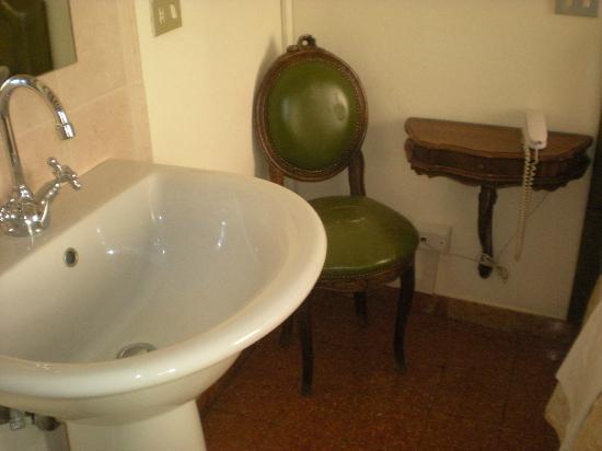 Hotel Minerva & Nettuno: lavandino con specchio vicino al letto