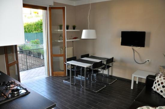 Residence La Portella : Wohnküche mit Tür zur Terrasse