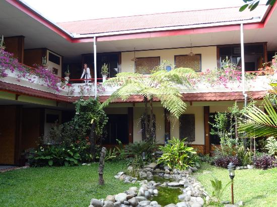 Hotel Indra Toraja: courtyard and rooms