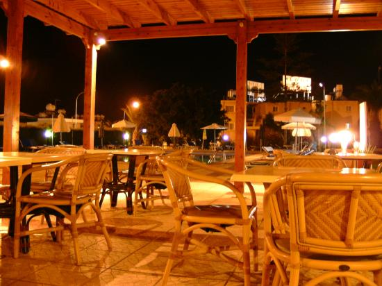Debbie Xenia Hotel Apartments: Outside evening bar/dining area.