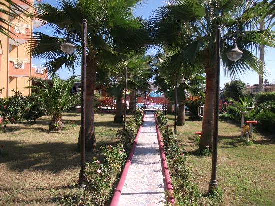 Ozgurhan Hotel: hotel gardens
