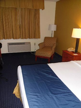 Days Inn Pottstown: Huge bed and really comfy armchair/stool combo