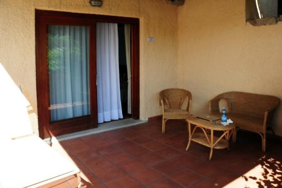 Hotel Palumbalza Porto Rotondo : Веранда номера с лежаком, креслами и столиком