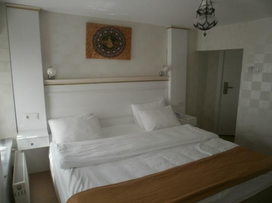 Ottoman Tulip Hotel : Le lit