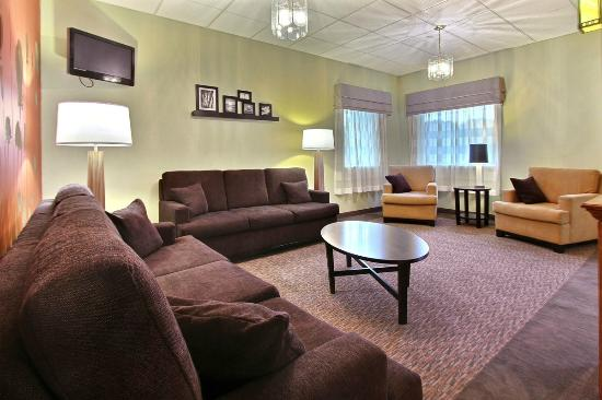 Sleep Inn & Suites Wildwood - The VIllages: Relax in our stylish lobby while reading the paper or watching TV