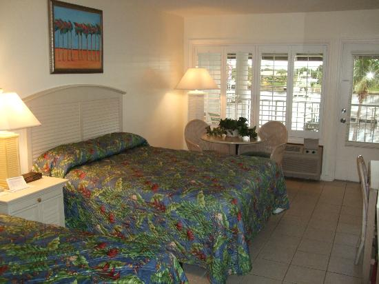 Pirate's Cove Resort and Marina : Double beds and a bright outlook