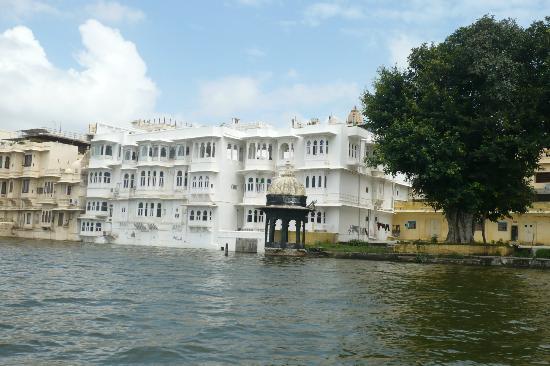 Jagat Niwas Palace Hotel: L'hotel visto dal Lago Pichola
