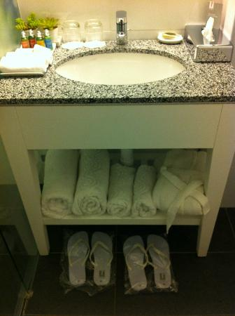The Rothschild 71: Bathroom with complementary Havaianas