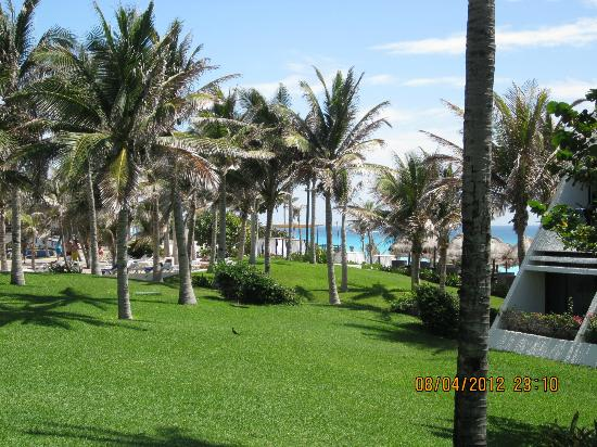 Grand Oasis Cancun - All Inclusive: к пляжу