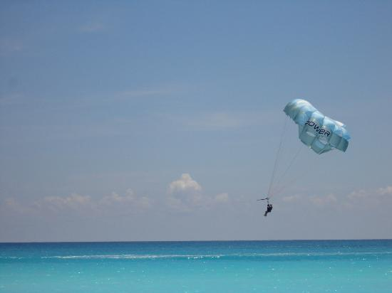 Crown Paradise Club Cancun: parasailing!!!!
