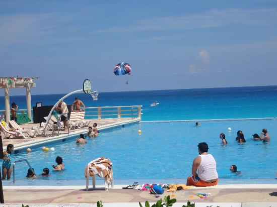 Crown Paradise Club Cancun: infinity pool overlooking the ocean