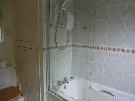 Avondale House: ensuite bathroom to double room