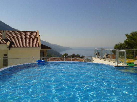 Nicholas Heights Deluxe Suite Hotel: La piscine et sa vue
