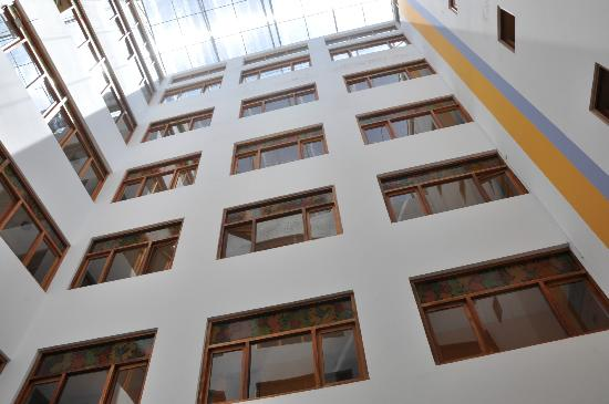 Intiqa Hotel: Looking up in the courtyard -- every room has a window?