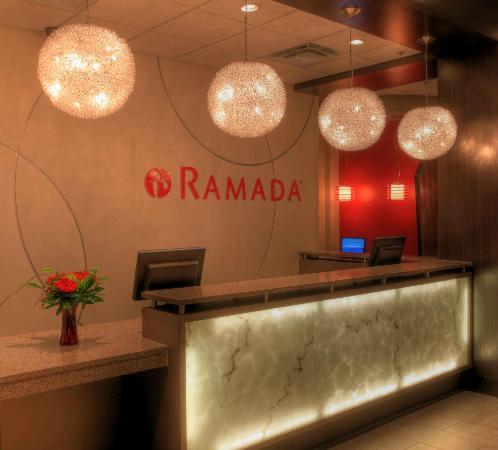 Ramada Saskatoon : Reception desk